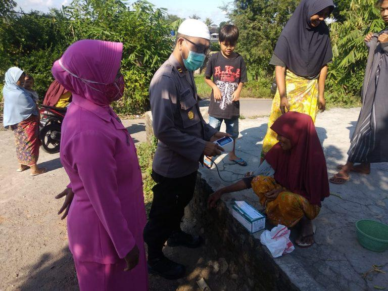 Ketua Ranting Bhayangkari Polsek Janapria Yakinkan Lansia Vaksin Aman