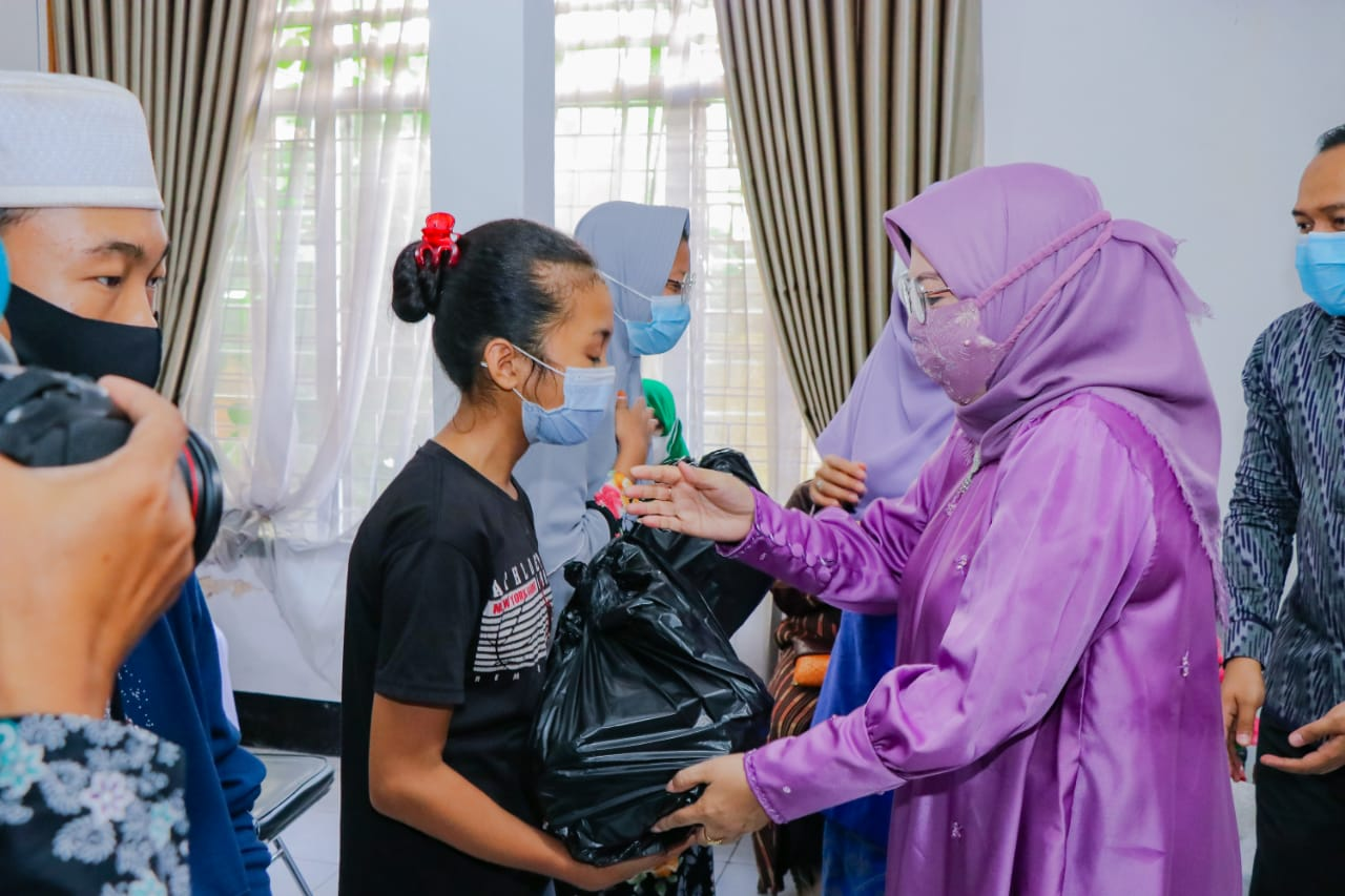 Tanda Cinta, LKKS NTB Salurkan 200 Paket Sembako di Sumbawa